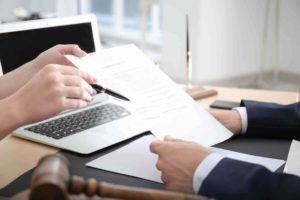 Anwalt zeigt Mandanten eine Testament Vorlage