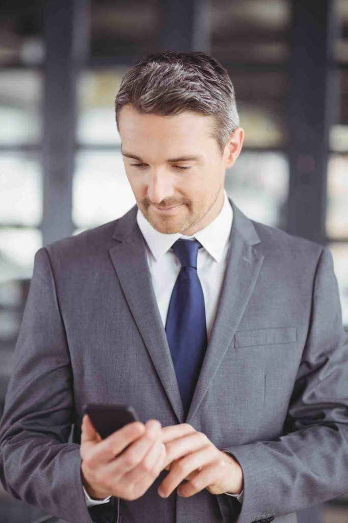 Rechtsanwalt für Erbrecht tipp am Handy