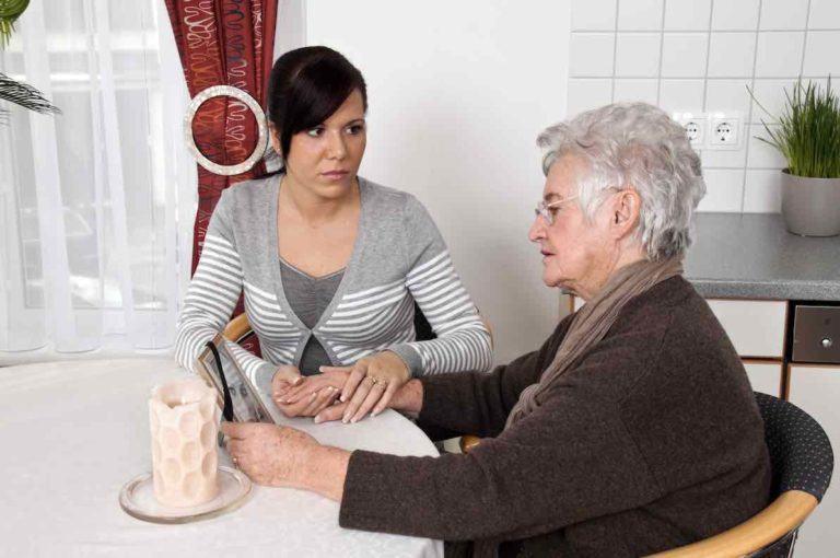 Grossmutter schaut mit Enkel auf Bild