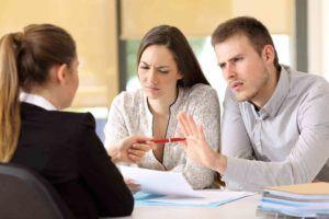 Ehepaar sitzt einer Anwältin gegenüber und diskutieren über die Erbe