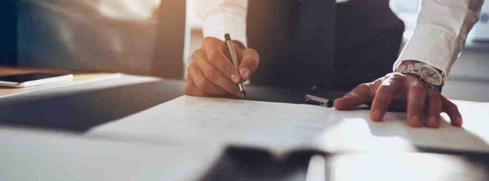 Anwalt unterschreibt ein Dokument