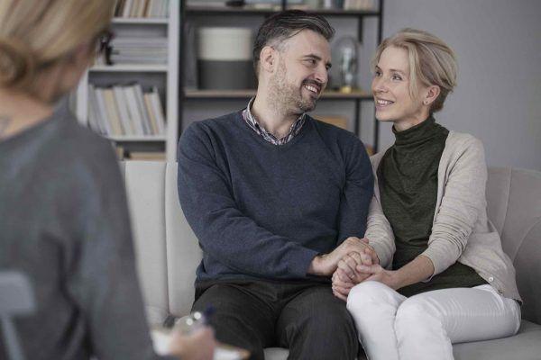 Ehepaar sitzt beim Anwalt für Erbrecht und lässt sich beraten