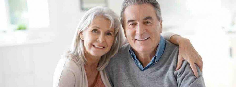 Mann und Frau mittleren Alters umarmen sich