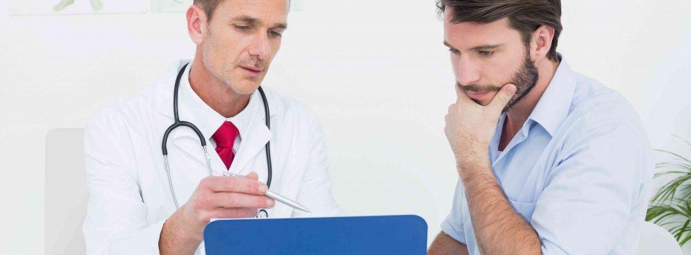 Mann lässt sich von Arzt beraten