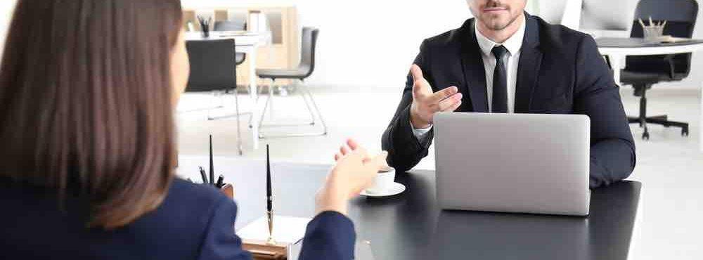 Frau lässt sich von Anwalt beraten