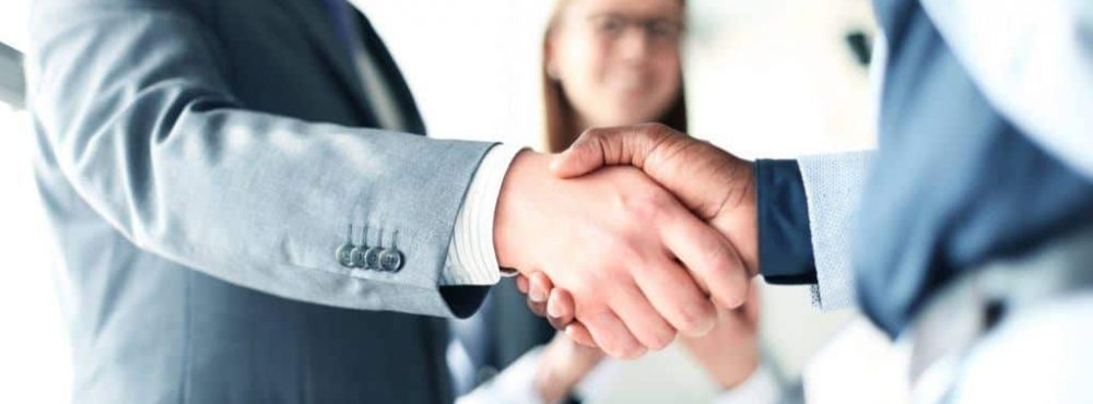 Anwälte schütteln sich die Hände